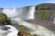 イグアス滝に虹がかかる